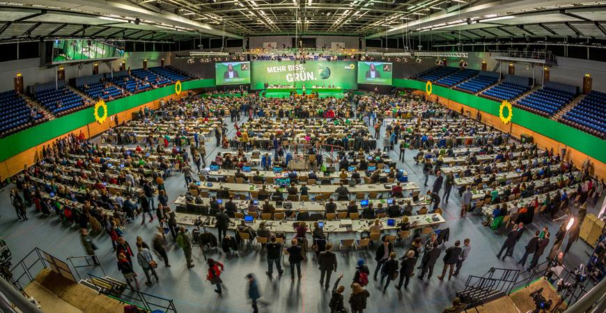 Parteitagssitzer*innen bei Grünem Parteitag