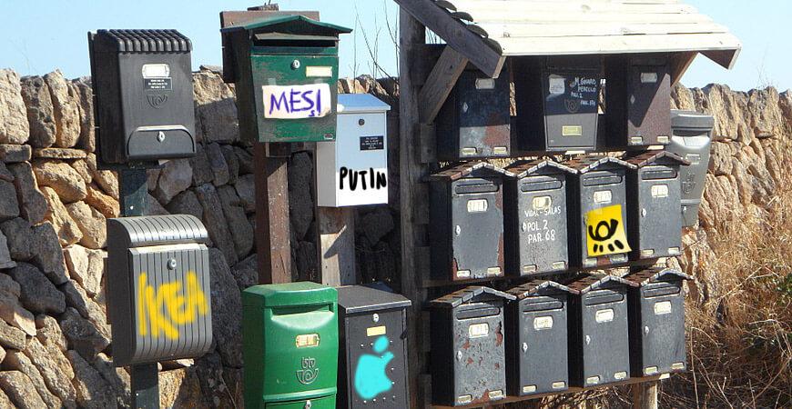 Die stetig wachsende Zahl der Briefkastenfirmenbriefkästen wird zur zunehmenden Belastung für die Cayman-Islands. Teilweise steht das Wasser bis zum Briefkastenschlitz.